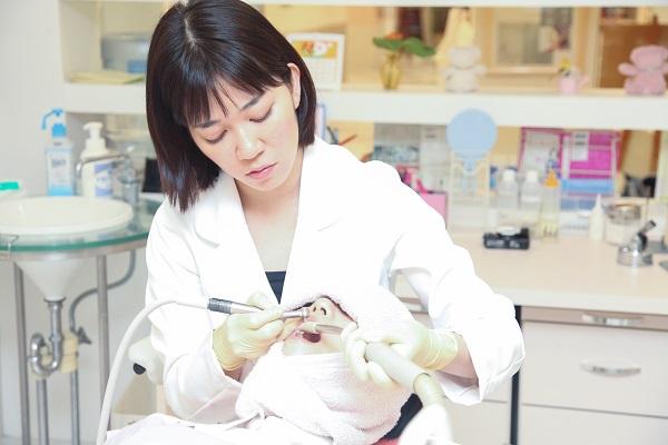セラミック治療による差し歯の再治療風景